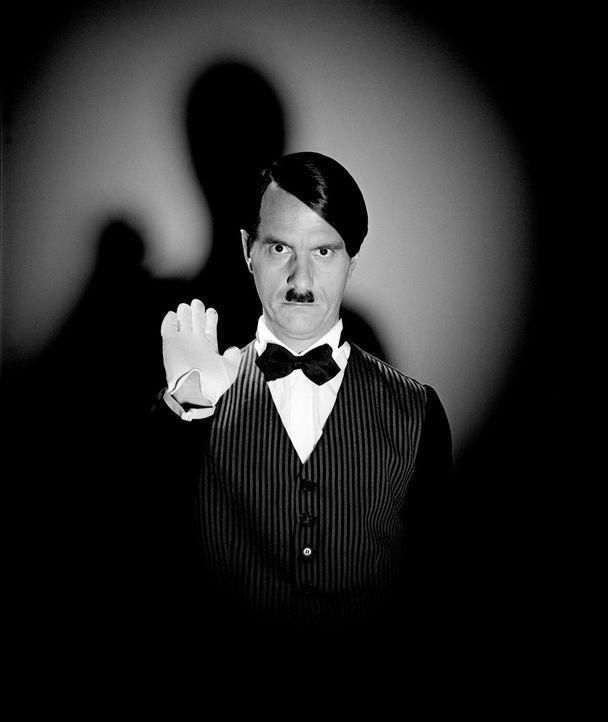 """""""Ich könnte mich Ihnen als Führer anbieten"""": Butler Hatler (Christoph Maria Herbst) ... - Bildquelle: Rat Pack Filmproduktion GmbH"""
