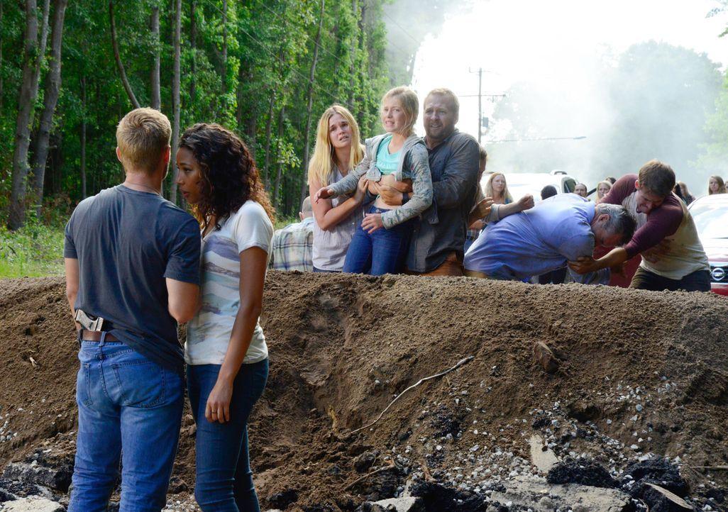 Eva (Kylie Bunbury, 2.v.l.) will Barbie (Mike Vogel, l.) endgültig an die Gemeinschaft binden und eine Katastrophe außerhalb der Kuppel spielt ihr d... - Bildquelle: Brownie Harris 2015 CBS Studios Inc.