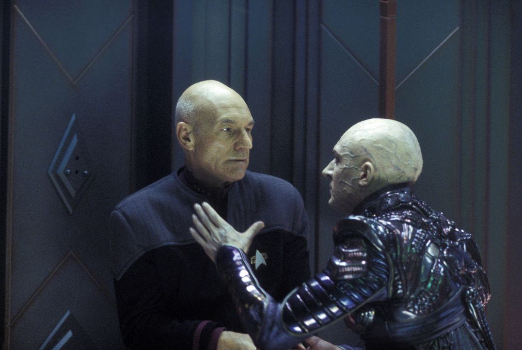 Shinzon (Tom Hardy, r.) hat nur eines im Sinn - er will Picard (Patrick Stewart, l.) gefangen nehmen und die Erde zerstören ... - Bildquelle: Paramount Pictures