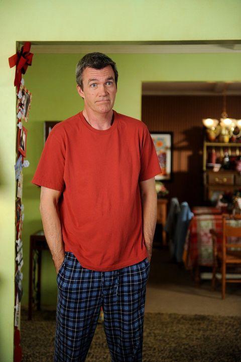 Mike (Neil Flynn) ahnt schon, dass mit dem Besuch von Frankies Eltern Stress in das traute Heim der Hecks einziehen wird ... - Bildquelle: Warner Brothers