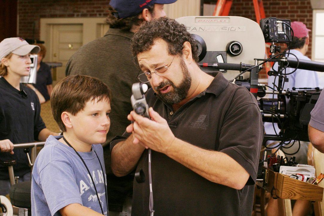 Hauptdarsteller Josh Hutcherson (l.) bekommt in der Drehpause von einem Kameramann einen Lichtmesser erklärt. - Bildquelle: 2005 by Regency Entertainment (USA), Inc. and Monarchy Enterprises S.a.r.l. All rights reserved.