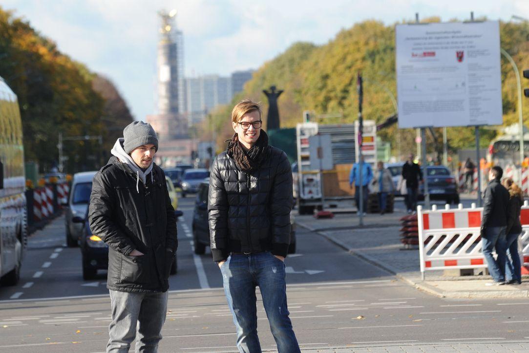 Joko (r.) und Klaas (l.) wollen von Menschen auf der Straße wissen, was 2011 los war, welche Themen die Welt bewegt haben und wer für Schlagzeilen... - Bildquelle: ProSieben