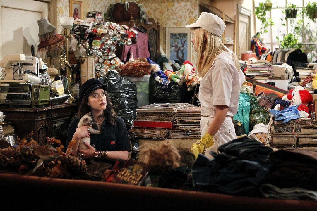 Ausweglose Situation? Caroline ist mit ihrem Zweitjob völlig überfordert; ihre Freundin Max ist ihr beim Aufräumen der Messi-Wohnung auch keine H... - Bildquelle: Warner Brothers