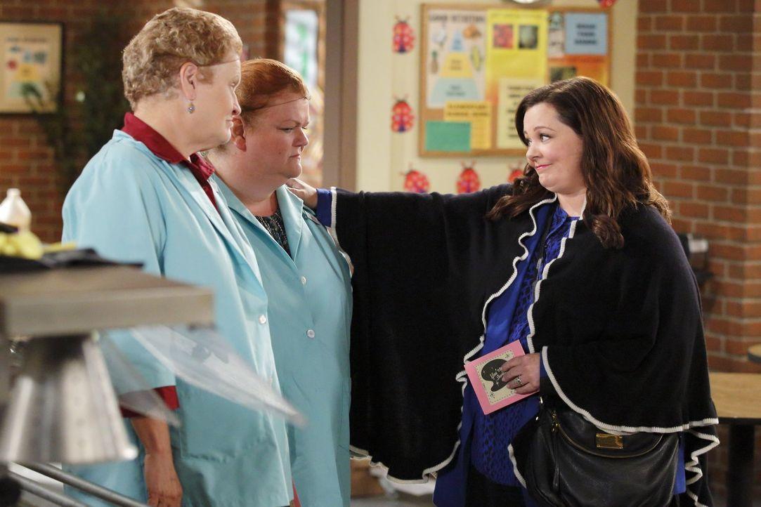 Molly (Melissa McCarthy, r.) plant eine große Ruhestand-Party für Peggy zu der sie auch Connie (Marianne Muellerleile, l.) und Lynette (Cheryl Hawke... - Bildquelle: Warner Brothers
