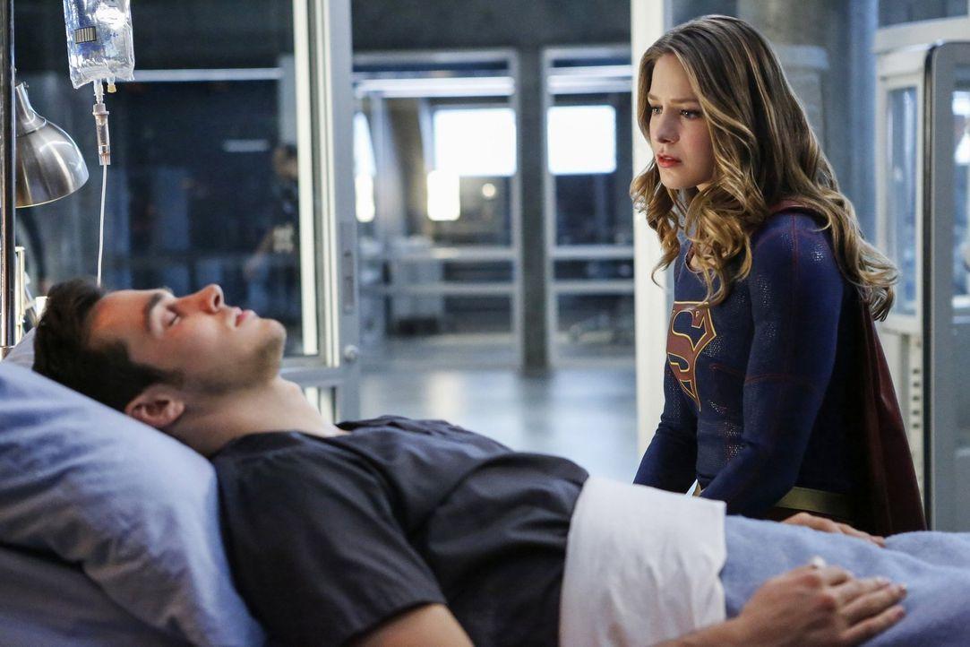 Erkennt Kara (Melissa Benoist, r.) am Sterbebett von Mon-El (Chris Wood, l.) ihre wahren Gefühle für ihn? - Bildquelle: 2016 Warner Bros. Entertainment, Inc.