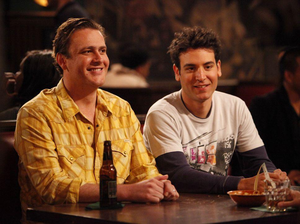 Ted (Josh Radnor, r.) und Marshall (Jason Segel, l.) erfahren, dass eins ihrer Lieblingsausflugsziele, eine spektakulär miese Pizzeria in Chicago,... - Bildquelle: 20th Century Fox International Television