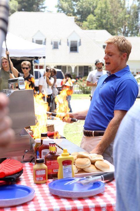Steht George bei seinem Barbecue mit Rat und Tat zur Seite: Noah (Alan Tudyk) ... - Bildquelle: Warner Bros. Television