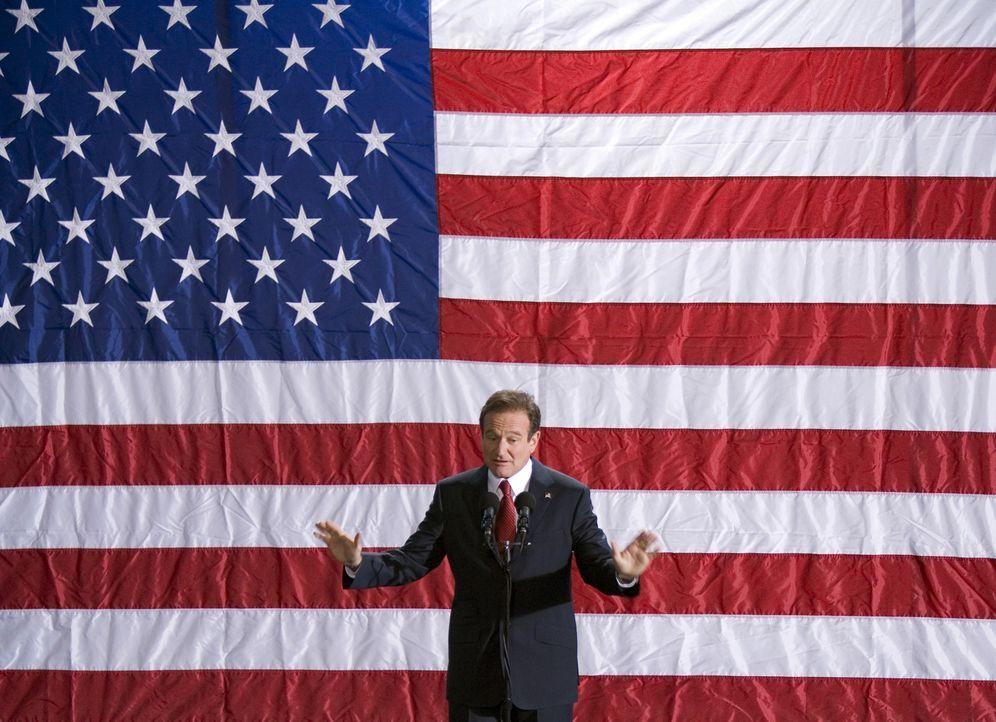 Der beliebte Moderator Tom Dobbs (Robin Williams) lässt sich als Kandidat zur Präsidentschaftswahl aufstellen. Eigentlich hält er die Idee, ins Weiß... - Bildquelle: Morgan Creek International