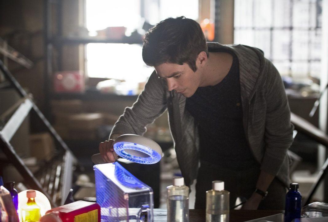 Eigentlich ist Barry (Grant Gustin) nur in die Vergangenheit gereist, um von Wells zu lernen, schneller zu werden, doch als ein unerwartetes Wesen m... - Bildquelle: Warner Bros. Entertainment, Inc.