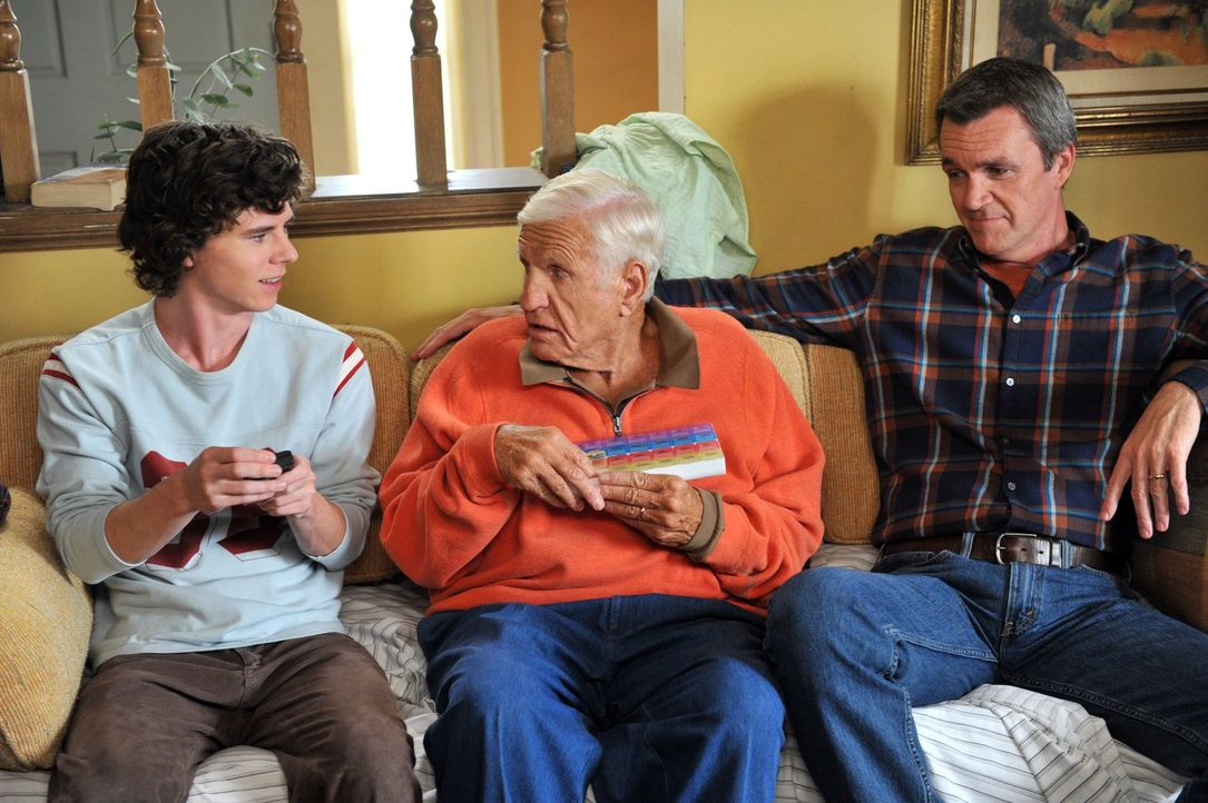 Die Hecks feiern Thanksgiving mit Frankies Eltern Pat und Tag (Jerry Van Dyke, M.). Während Frankie sich dort mit ihrer Schwester Janet in die Haare... - Bildquelle: Warner Brothers