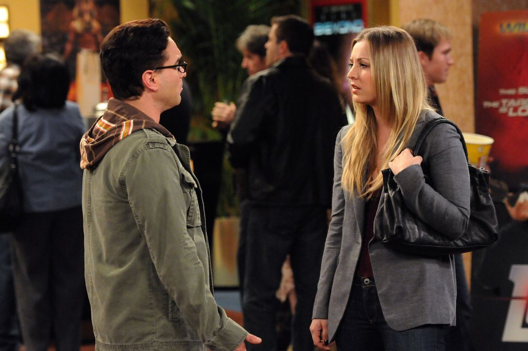 Leonard (Johnny Galecki, l.) und Penny (Kaley Cuoco, r.) gehen als Freunde zusammen ins Kino. Anfangs ist Leonard enttäuscht, dass es kein Date ist... - Bildquelle: Warner Bros. Television