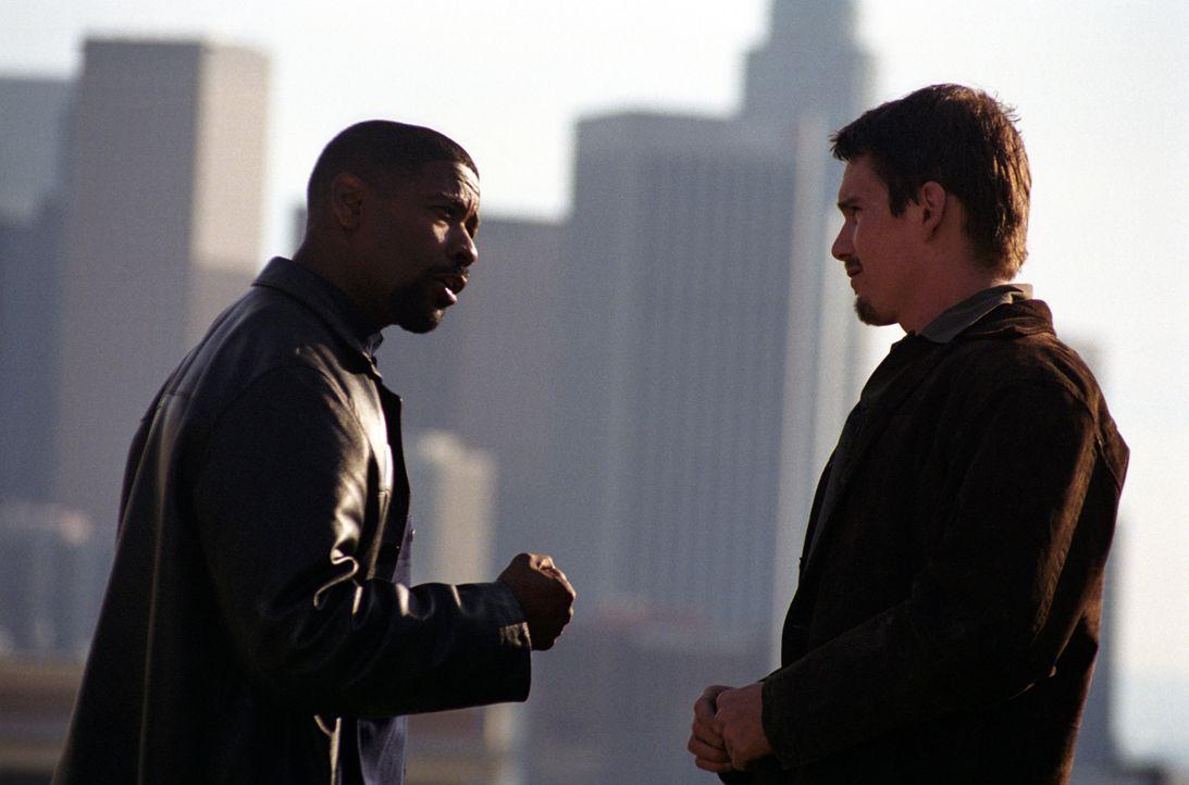 Ein ungleiches Team: der korrupte Cop Alonzo Harris (Denzel Washington, l.) und sein unerfahrener Kollege Jake Hoyts (Ethan Hawke, r.) ... - Bildquelle: Warner Bros. Pictures