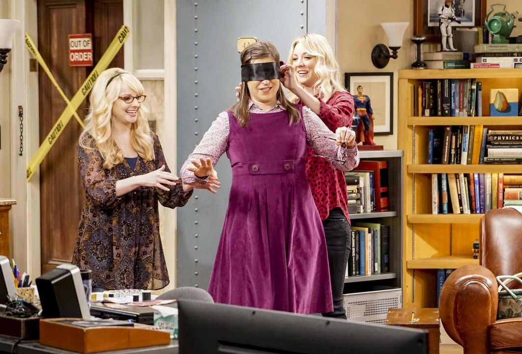 Bernadette (Melissa Rauch, l.) und Penny (Kaley Cuoco, r.)  müssen improvisieren, als sie erkennen, dass Amy (Mayim Bialik, M.) der geplante Jungges... - Bildquelle: Warner Bros. Television