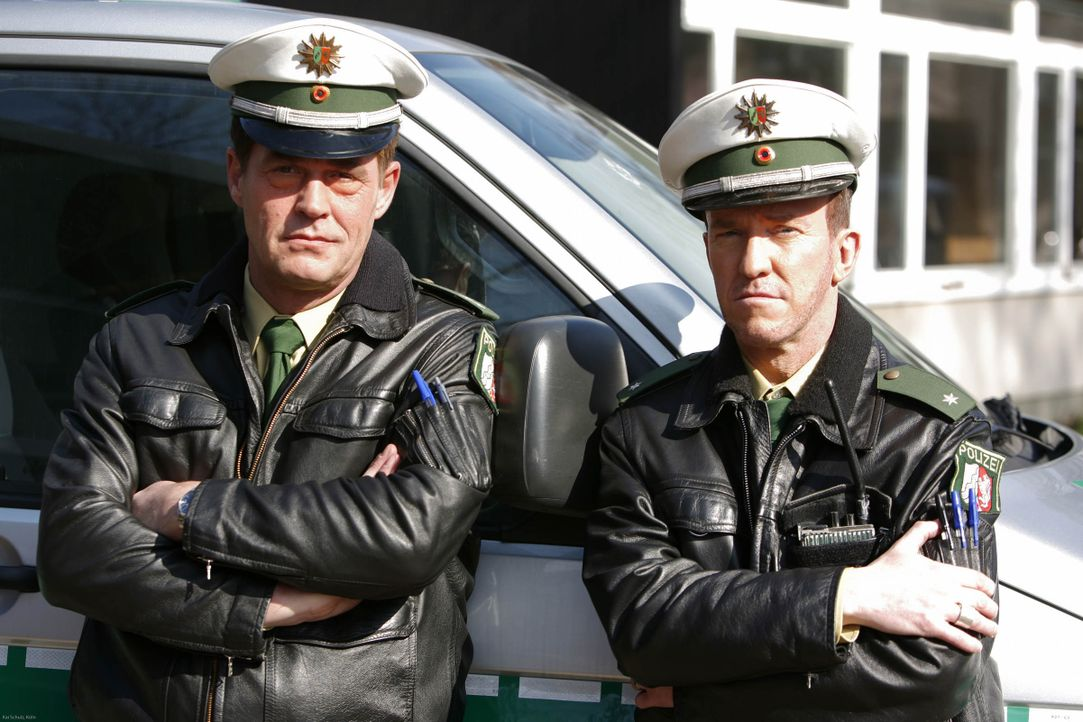 (4. Staffel) - Geswitcht: Toto (Michael Müller, r.) & Harry (Peter Nottmeier, l.) - Die Zwei vom Polizei-Revier ... - Bildquelle: Kai Schulz ProSieben / Kai Schulz