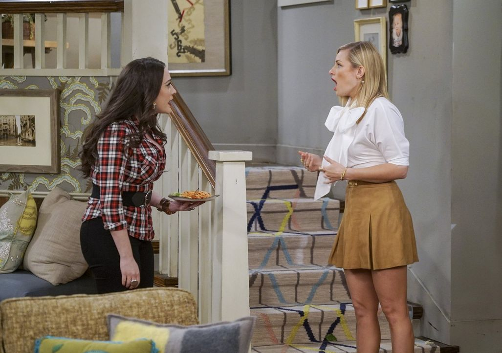 Noch ahnen weder Max (Kat Dennings, l.) noch Caroline (Beth Behrs, r.), wie sehr Bobbys Mutter und Schwester seine Ex-Freundin mögen ... - Bildquelle: Warner Bros. Television