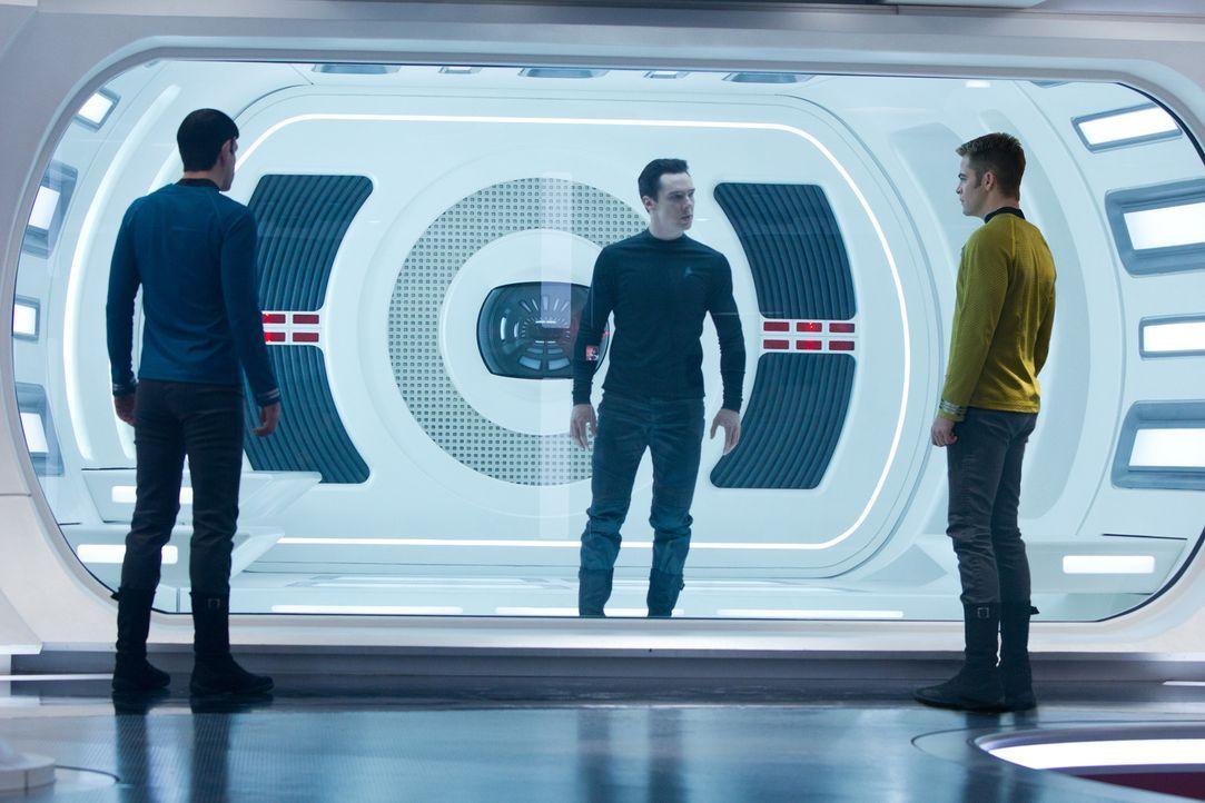"""Noch ist Kirk (Chris Pine, r.) und Spock (Zachary Quinto, l.) nicht wirklich klar, dass John Harrison """"Khan"""" (Benedict Cumberbatch, M.) ein richtig... - Bildquelle: Zade Rosenthal 2013 Paramount Pictures.  All Rights Reserved."""