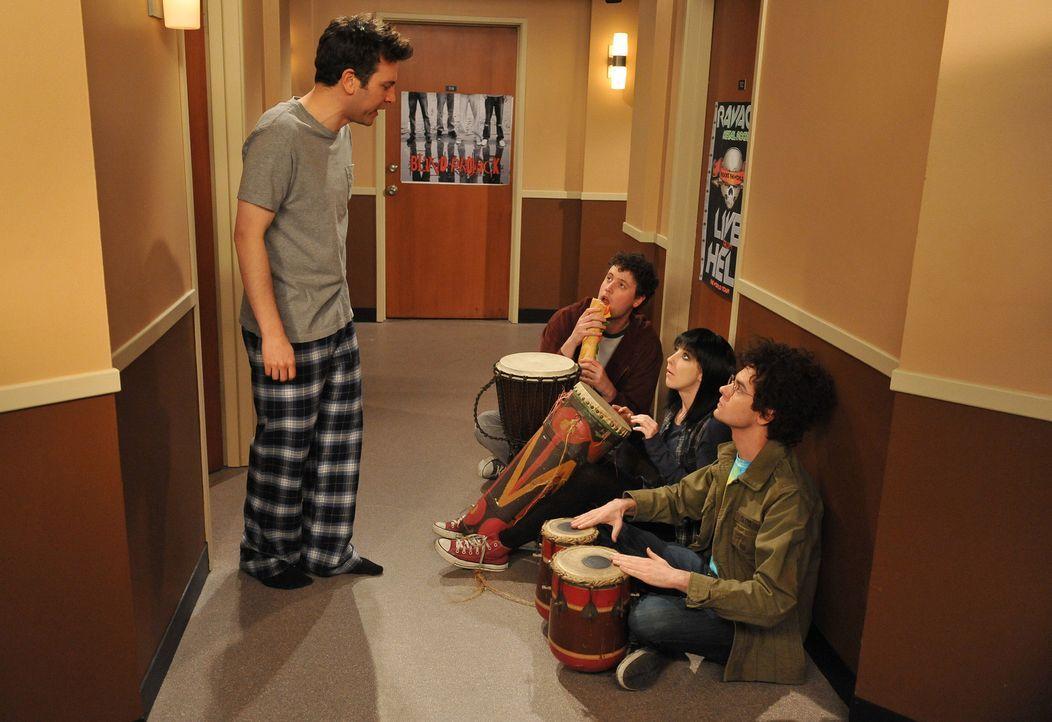 Nachdem Ted (Josh Radnor, l.) Marshall und Lily seine Wohnung überlassen hat, ist er in ein Wohnheim gezogen, doch dort fühlt er sich alles andere... - Bildquelle: 20th Century Fox International Television