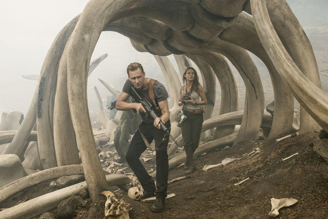 James Conrad (Tom Hiddleston, l.); Mason Weaver (Brie Larson, r.) - Bildquelle: Warner Bros.