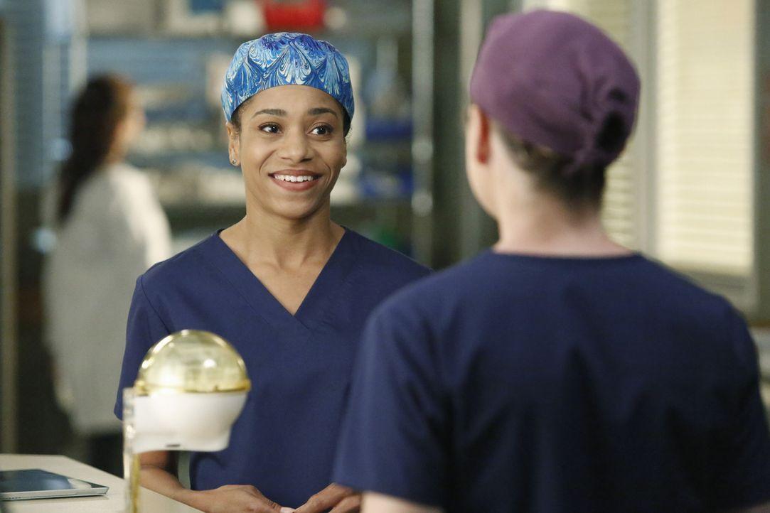 Bietet Meredith (Ellen Pompeo, r.) ihre Hilfe an: Maggie (Kelley McCreary, l.) ... - Bildquelle: ABC Studios