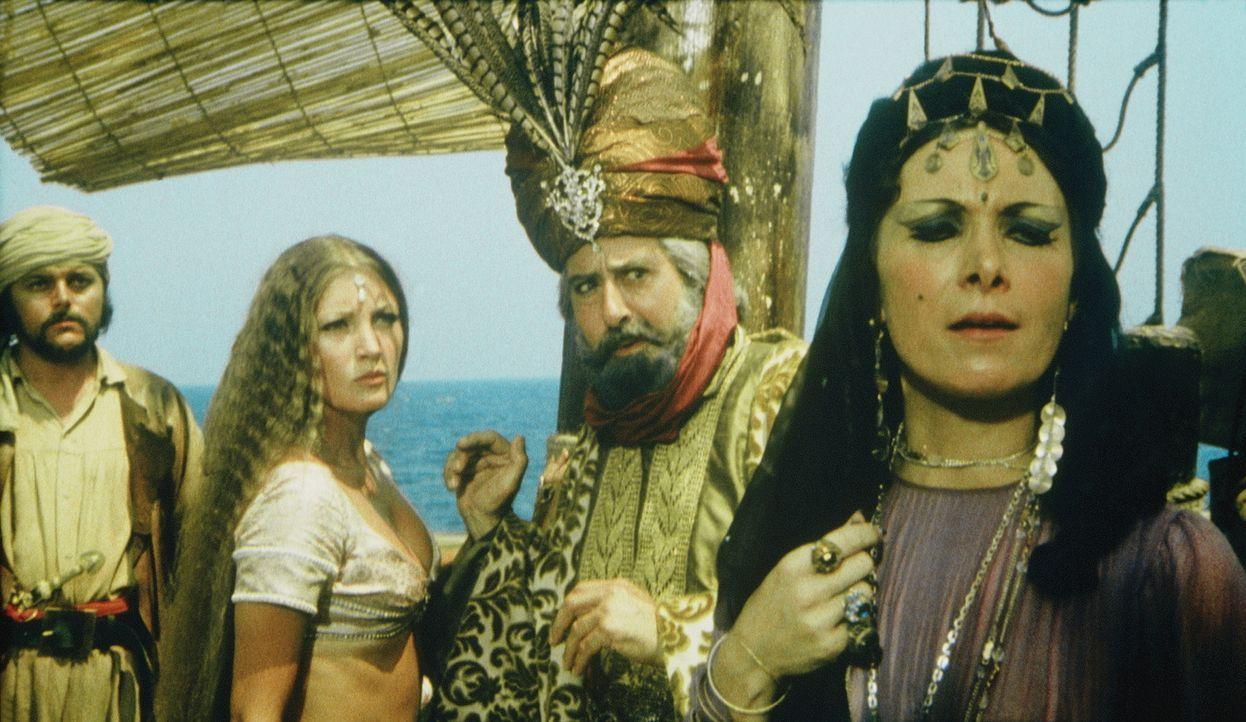 Zenobia (Margaret Whiting, r.) versucht, ihre Stieftochter Diana (Taryn Power, l.) und deren Onkel (Bruno Barnabe, M.) von der Reise nach Hyperborea... - Bildquelle: Columbia Pictures
