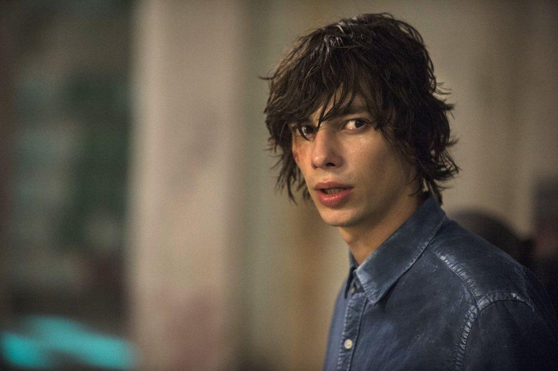 Nach und nach holen sich die Mountener die unschuldigen Jugendlichen. Jasper (Devon Bostick) weiß, dass sie nicht mehr ewig auf Rettung warten könne... - Bildquelle: 2014 Warner Brothers