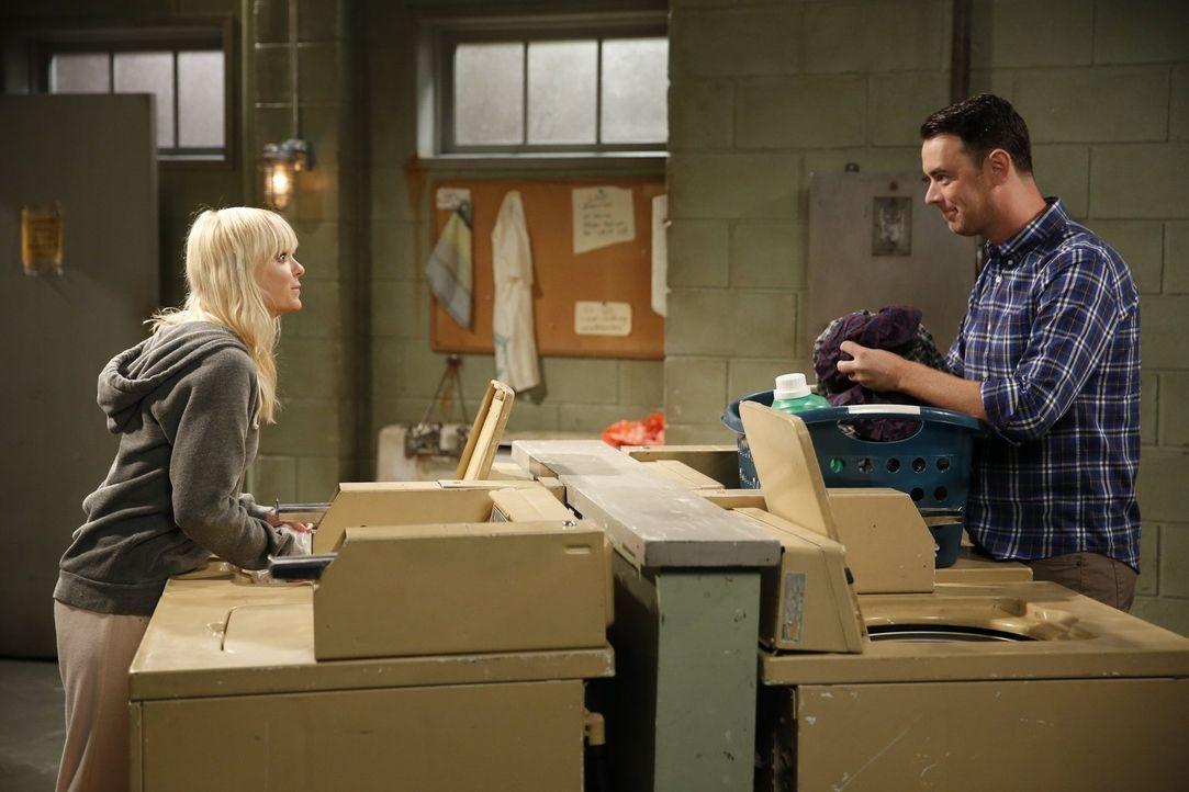 Eine unerwartete Wendung nimmt Christys (Anna Faris, l.) einsamer Abend, als sie auf ihren Nachbarn Andy (Colin Hanks, r.) trifft ... - Bildquelle: Warner Bros. Television