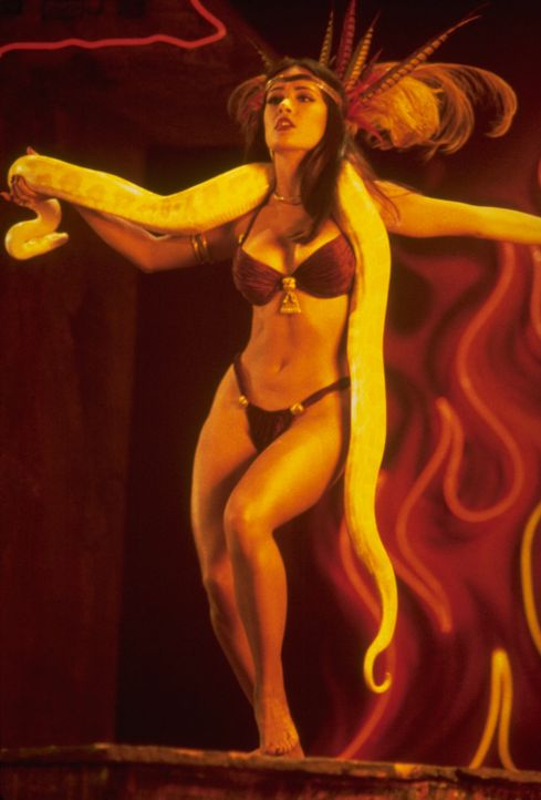 Wer oder besser was ist die hübsche Tänzerin Santanico Pandemonium (Salma Hayek) wirklich? - Bildquelle: 1995 Miramax, LLC . All Rights Reserved.
