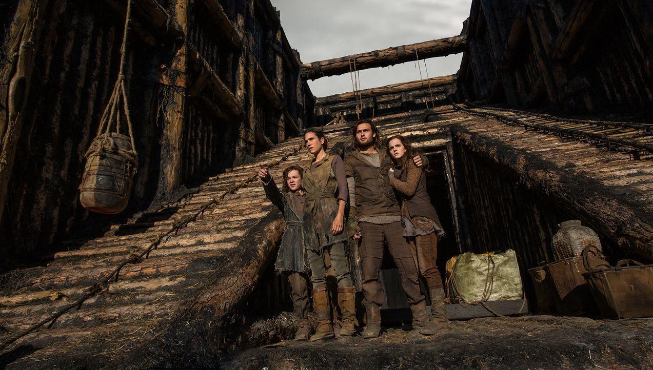 Als Familienoberhaupt Noah in Gottes Auftrag eine Arche baut, bringt er dadurch Japheth (Leo McHugh Carroll, l.), Naameh (Jennifer Connelly, 2.v.l.)... - Bildquelle: 2014 Paramount Pictures Corporation. All rights reserved.