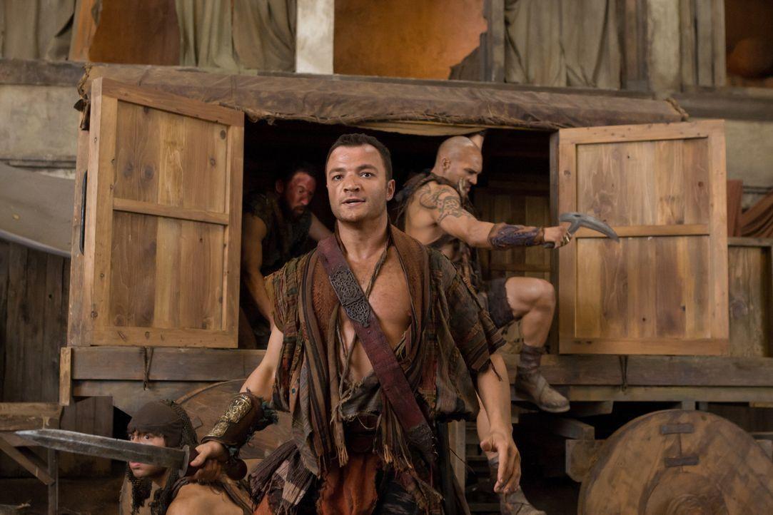 Im Auftrag von Spartakus bietet Lucius Praetor Glaber einen Handel an: Waffen im Tausch gegen Ilithyia. Doch Glaber hat Ashur (Nick E. Tarabay) und... - Bildquelle: 2011 Starz Entertainment, LLC. All rights reserved.