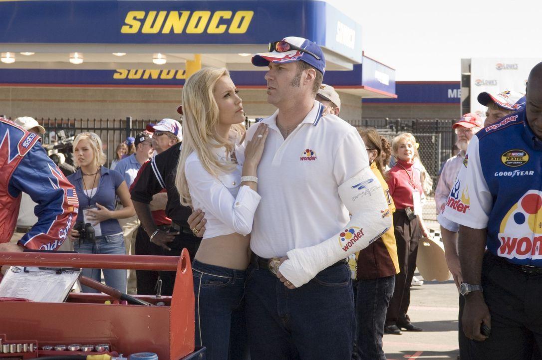Ricky Bobby (Will Ferrell, r.) isr rundum erfolgreich: Er ist ein gefeierter Rennfahrer, hat eine bildhübsche Ehefrau (Leslie Bobb, l.), zwei gesun... - Bildquelle: Copyright   2006 Sony Pictures Television International.