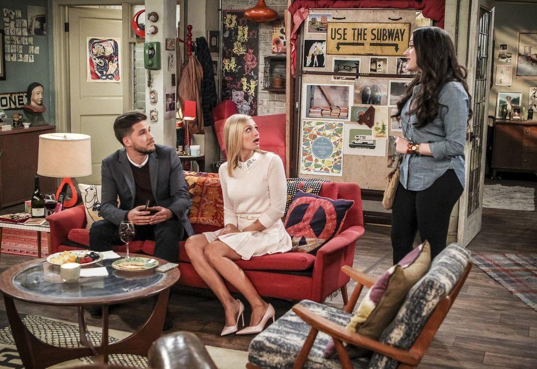 Max (Kat Dennings, r.) und Randy sind genervt von Caroline (Beth Behrs, M.) und organisieren für sie ein Date mit dem charmanten Tyler (Devon Werkhe... - Bildquelle: Warner Bros. Television