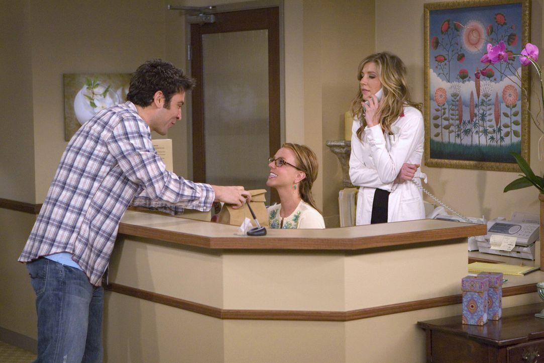 Während Ted (Josh Radnor, l.) versucht bei Stella (Sarah Chalke, r.), der hübschen Hautärztin, zu landen, findet deren Arzthelferin Abby (Britney... - Bildquelle: 20th Century Fox International Television