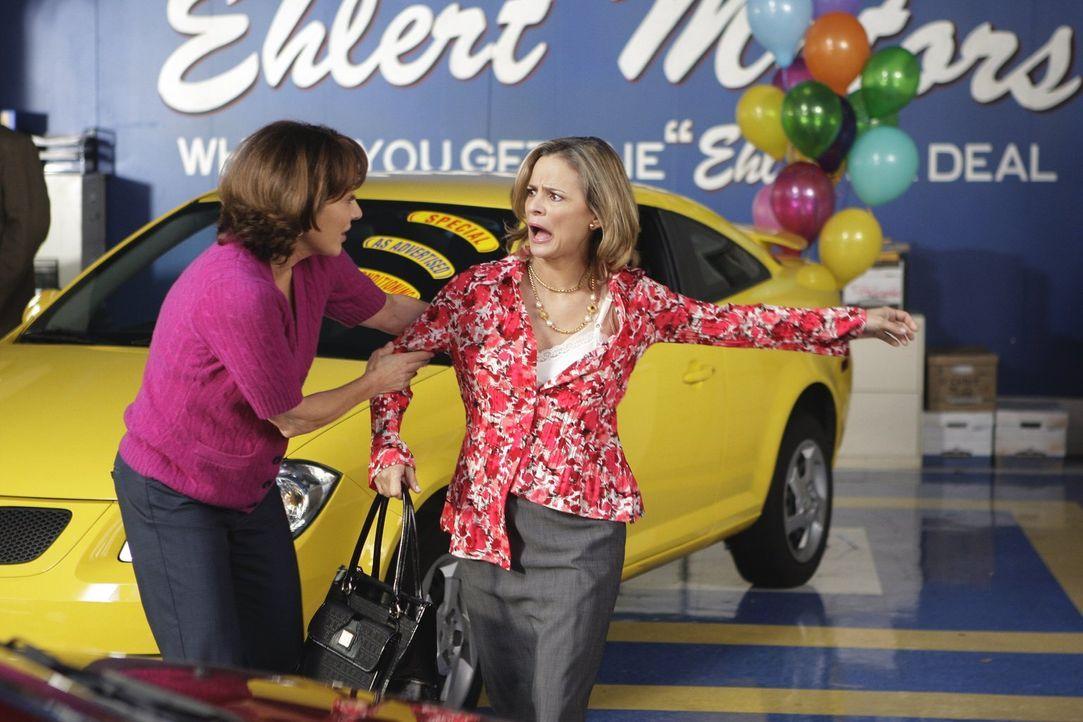 Um die Verkaufszahlen im Autohaus hochzutreiben, heuert Frankies (Patricia Heaton, l.) Chef die Motivationsberaterin Abby (Amy Sedaris, r.) an. Der... - Bildquelle: Warner Brothers