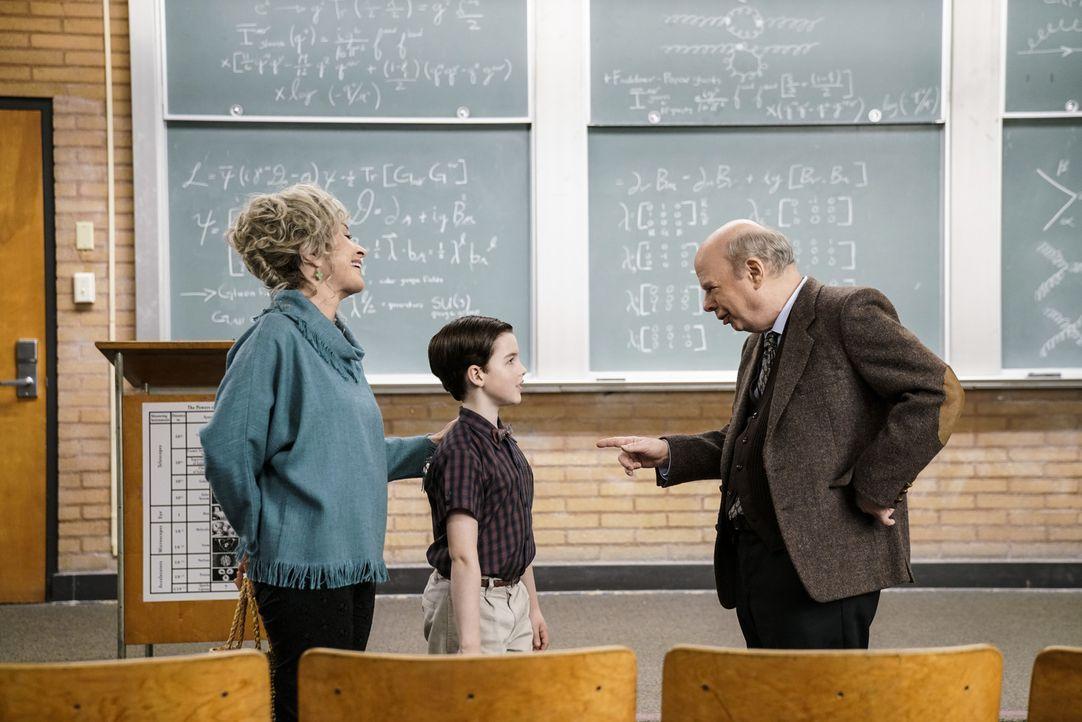 Sheldon (Iain Armitage, M.) ist hellauf begeistert, als sich Meemaw (Annie Potts, l.) und der College Professor Dr. John Sturgis (Wallace Shawn, r.)... - Bildquelle: Warner Bros. Television