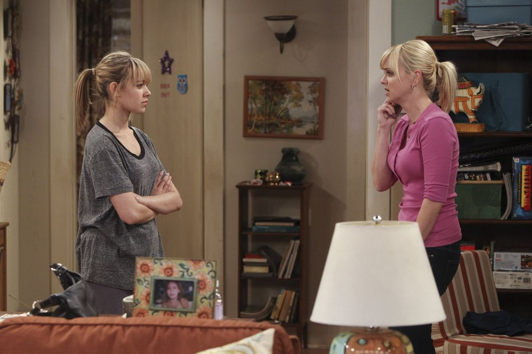 Violet (Sadie Calvano, l.) sieht überhaupt nicht ein, dass ihre Mutter Christy (Anna Faris, r.) ihr Vorhaltungen über ihren Lebenswandel macht - sch... - Bildquelle: Warner Bros. Television