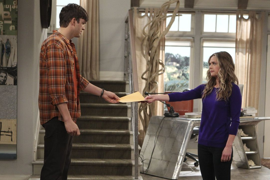 Walden (Ashton Kutcher, l.) trennt sich von Ms. McMartin (Maggie Lawson, r.). Doch nach und nach erkennt er, dass es ein großer Fehler war ... - Bildquelle: Warner Brothers Entertainment Inc.