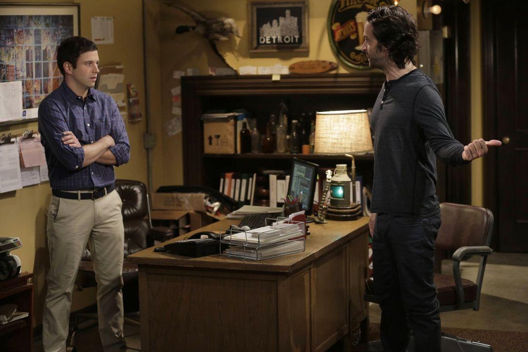 Eigentlich ein klärendes Gespräch, doch Dannys (Chris D'Elia, r.) Geständnisse verärgern Justin (Brent Morin, l.) noch mehr ... - Bildquelle: Warner Brothers
