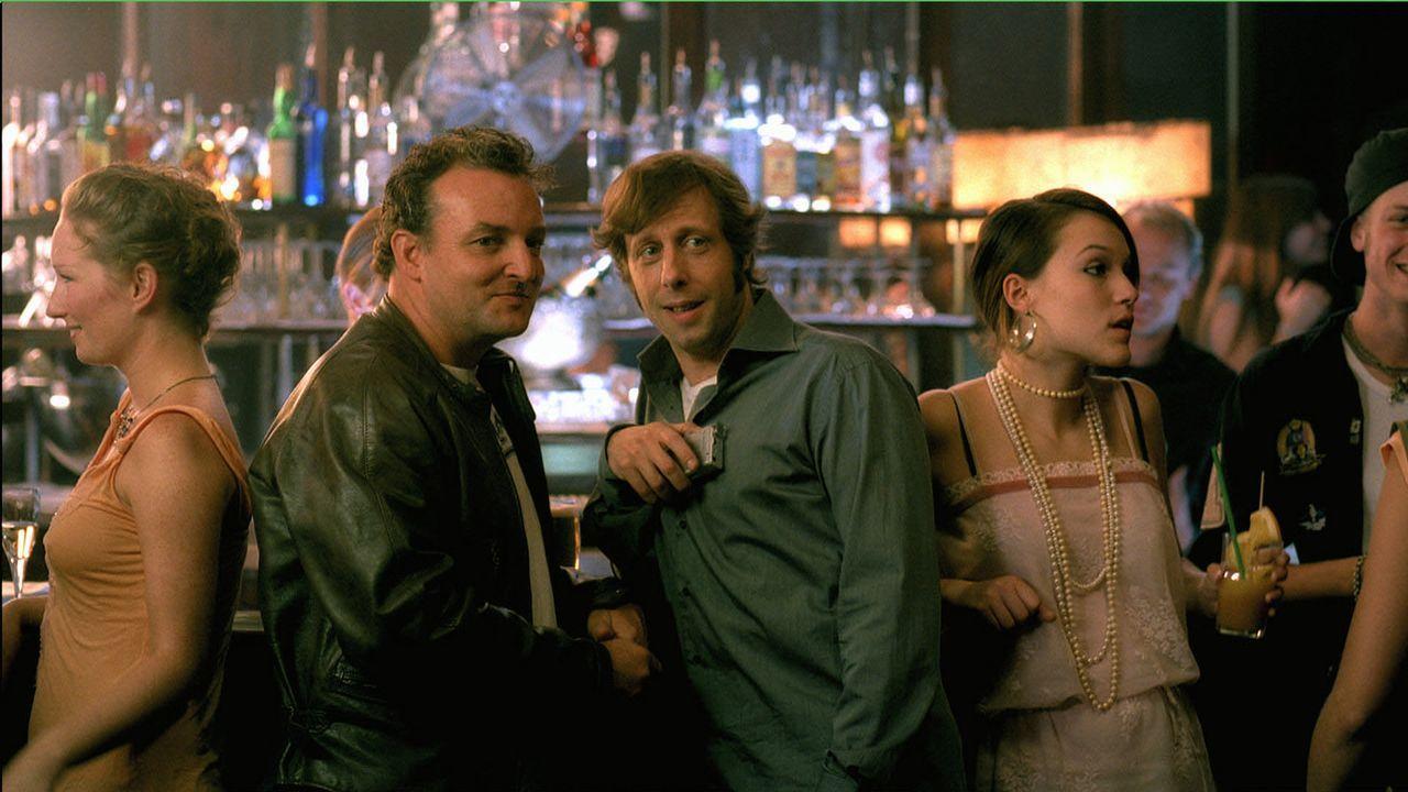 Gemeinsam ziehen Gregor (Oliver Korittke, r.) und Mike (Marco Rima, l.) durch die Nachtclubs der Stadt und haben nur ein Ziel: Frauen zu erobern. Wa... - Bildquelle: Buena Vista