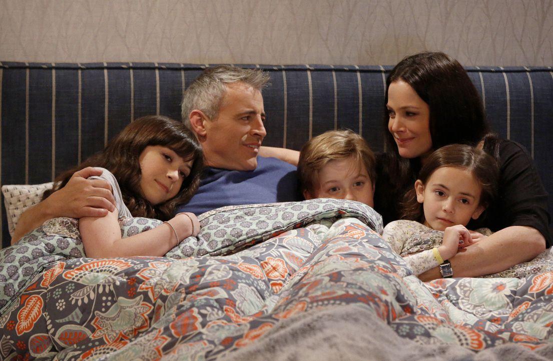 Eine ganz besondere Familie: Adam mit seiner Frau Andi, seinen Kindern Kate, Teddy und Emme ... - Bildquelle: Monty Brinton 2016 CBS Broadcasting, Inc. All Rights Reserved