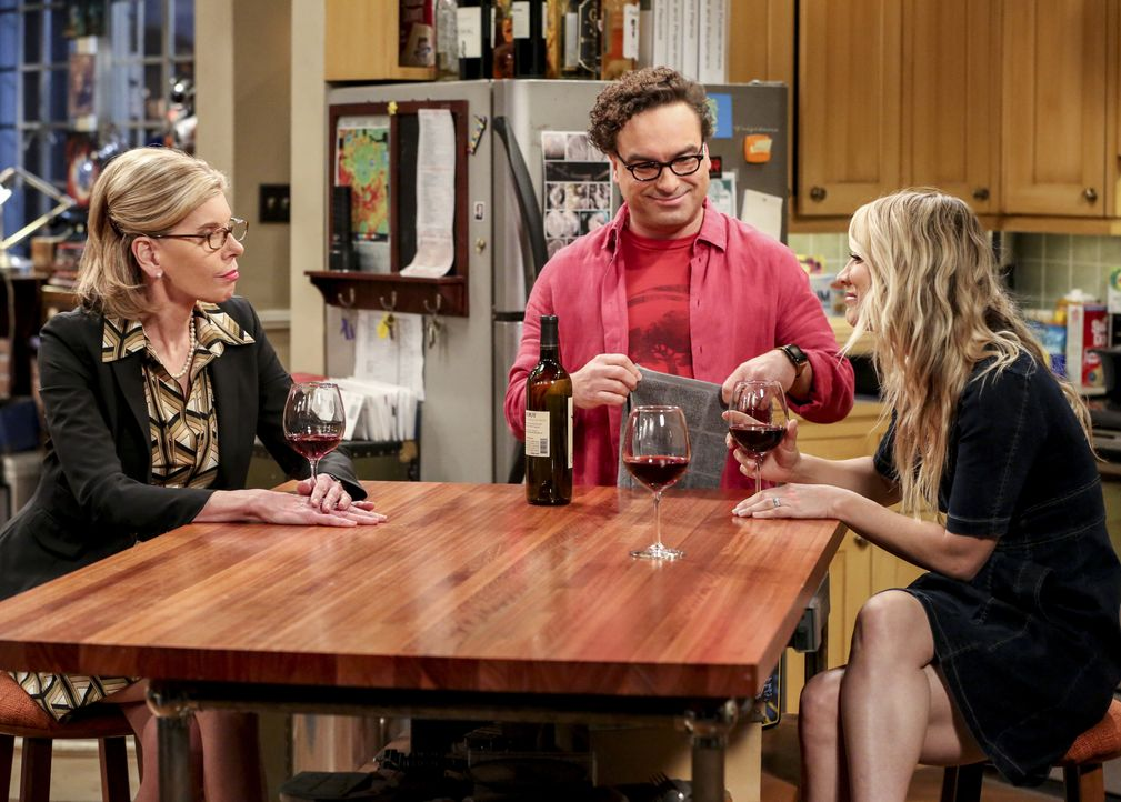(v.l.n.r.) Dr. Beverly Hofstadter (Christine Baranski); Leonard Hofstadter (Johnny Galecki); Penny (Kaley Cuoco) - Bildquelle: Michael Yarish 2019 CBS Broadcasting, Inc. All Rights Reserved / Michael Yarish