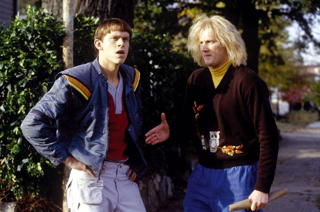 Die liebenswerten Harry (Derek Richardson, r.) und Lloyd (Eric Christian Olsen, l.) geraten in die Machenschaften eines hemmungslosen Schuldirektors... - Bildquelle: Warner Bros.