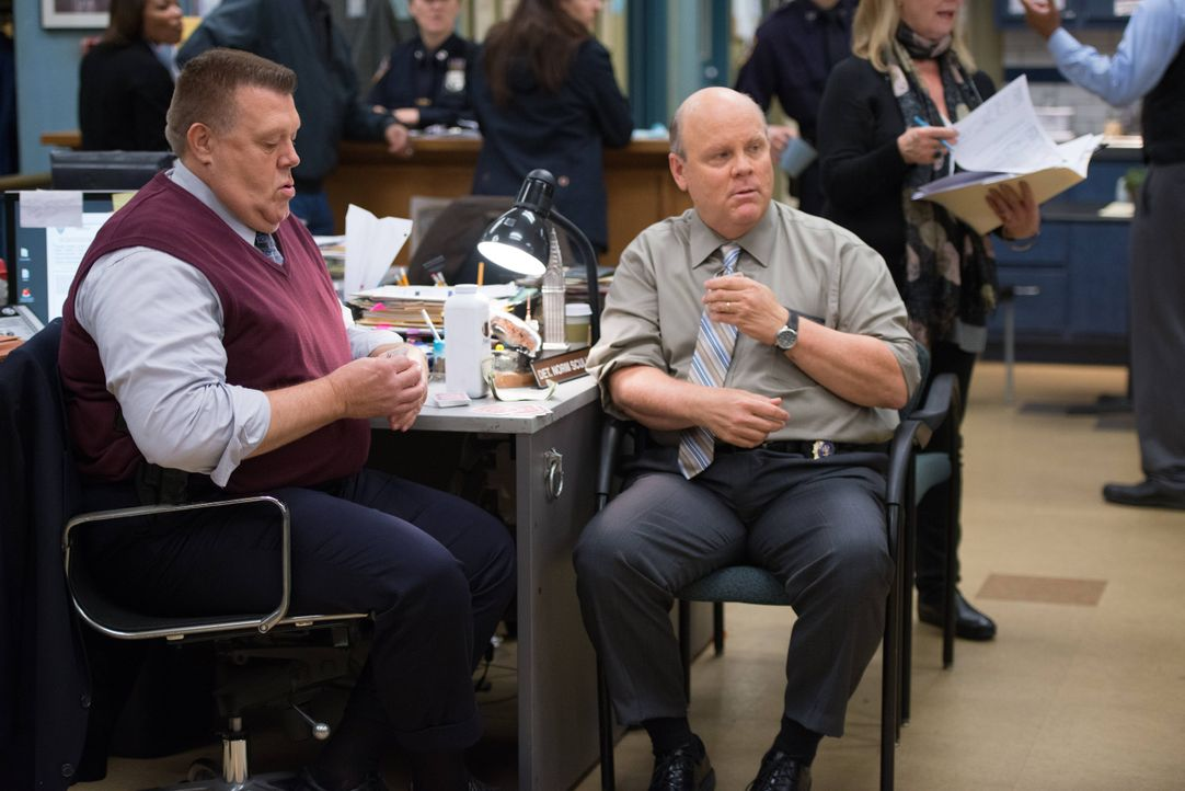 Scully (Joel McKinnon Miller, l.); Hitchcock (Dirk Blocker) - Bildquelle: Eddy Chen 2013 NBC Studios LLC. All Rights Reserved. / Eddy Chen