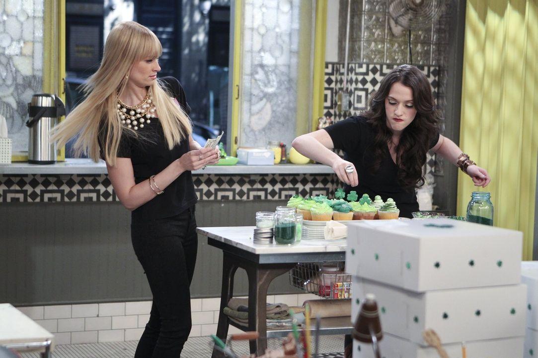 Caroline (Beth Behrs, l.) versucht, mit Max (Kat Dennings, r.) und den Diner-Kollegen zurechtzukommen, während sie sich auf eine wilde Party am St.... - Bildquelle: Warner Bros. Television