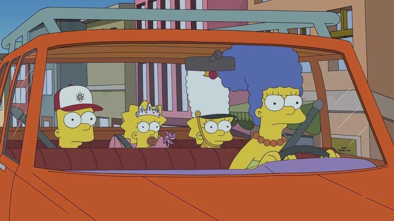 Da Marge (r.) ihre Kinder Bart (l.), Maggie (M.) und Lisa (2.v.r.) superschnell herumkutschieren muss, kommt sie auf eine lukrative Idee ... - Bildquelle: 2014 Twentieth Century Fox Film Corporation. All rights reserved.