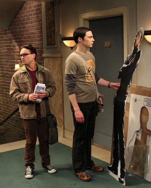 Während Sheldon (Jim Parsons, r.) eine üble Entdeckung macht, fasst sich Leonard (Johnny Galecki, l.) ein Herz und lädt Penny zu einem romantischen... - Bildquelle: Warner Bros. Television