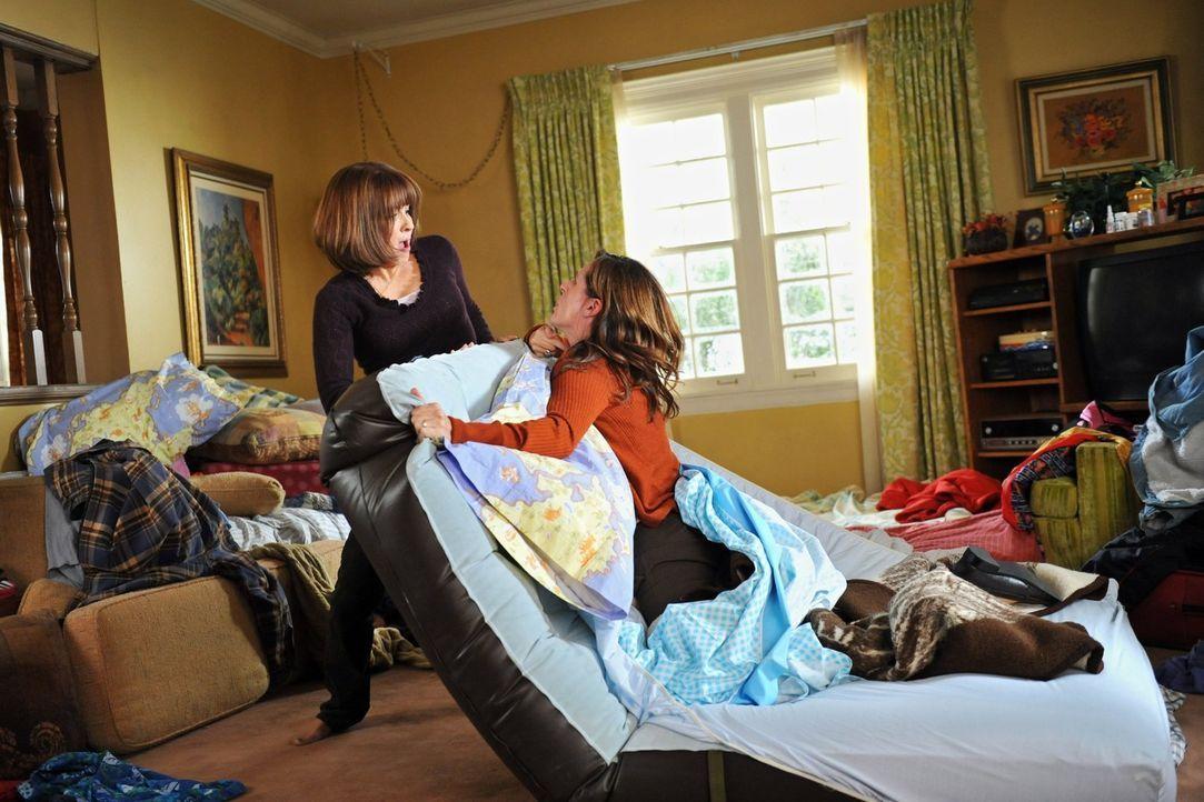 Während Frankie (Patricia Heaton, l.) beim Familientreffen an Thanksgiving mit ihrer Schwester Janet (Molly Shannon, r.) heftig aneinandergerät, ert... - Bildquelle: Warner Brothers