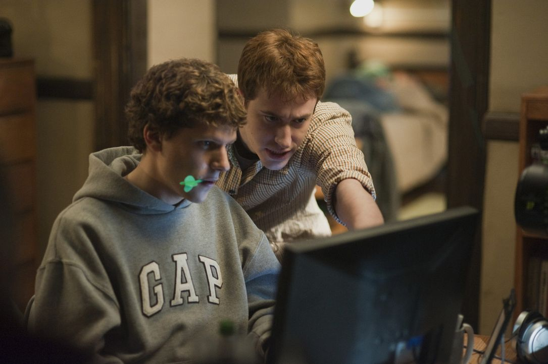 Findet in den Anfangsjahren große Unterstützung bei Dustin Moskovitz (Joseph Mazzello, r.): Mark Zuckerberg (Jesse Eisenberg, l.) ... - Bildquelle: 2010 Columbia Pictures Industries, Inc. and Beverly Blvd LLC. All Rights Reserved.