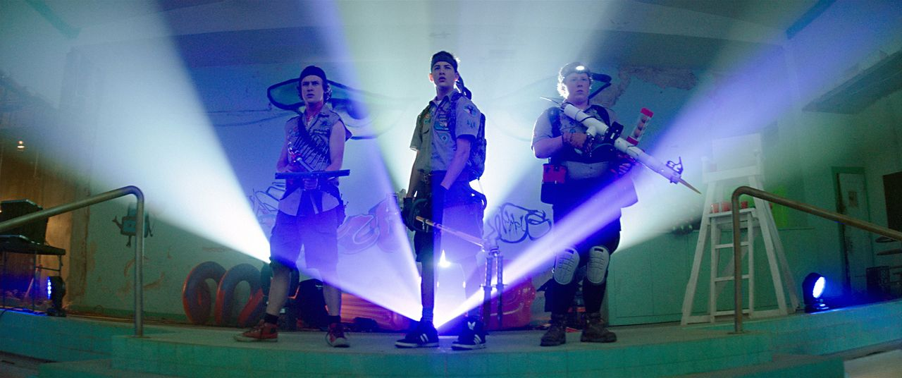 Die drei Freunde und überzeugte Pfadfinder Augie (Joey Morgan, r.), Carter (Logan Miller, l.) und Ben (Tye Sheridan, M.) müssen all ihre Fähigkeiten... - Bildquelle: Jamie Trueblood 2015 Paramount Pictures. All Rights Reserved.