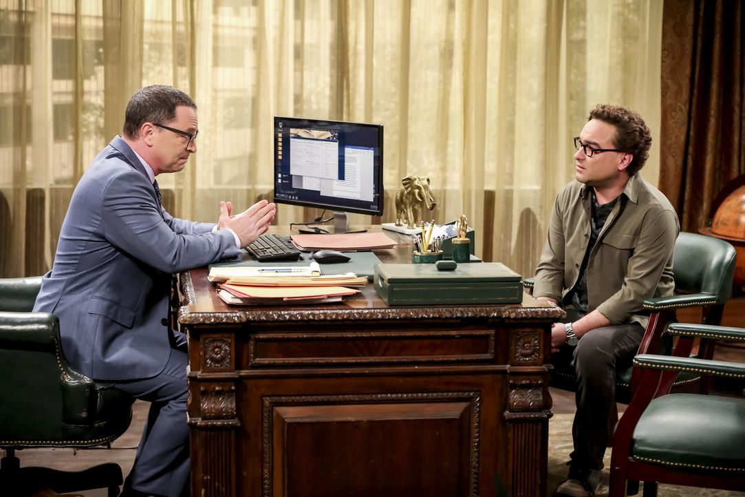 Präsident Siebert (Joshua Malina, l.); Leonard (Johnny Galecki, r.) - Bildquelle: Michael Yarish Warner Bros./Michael Yarish