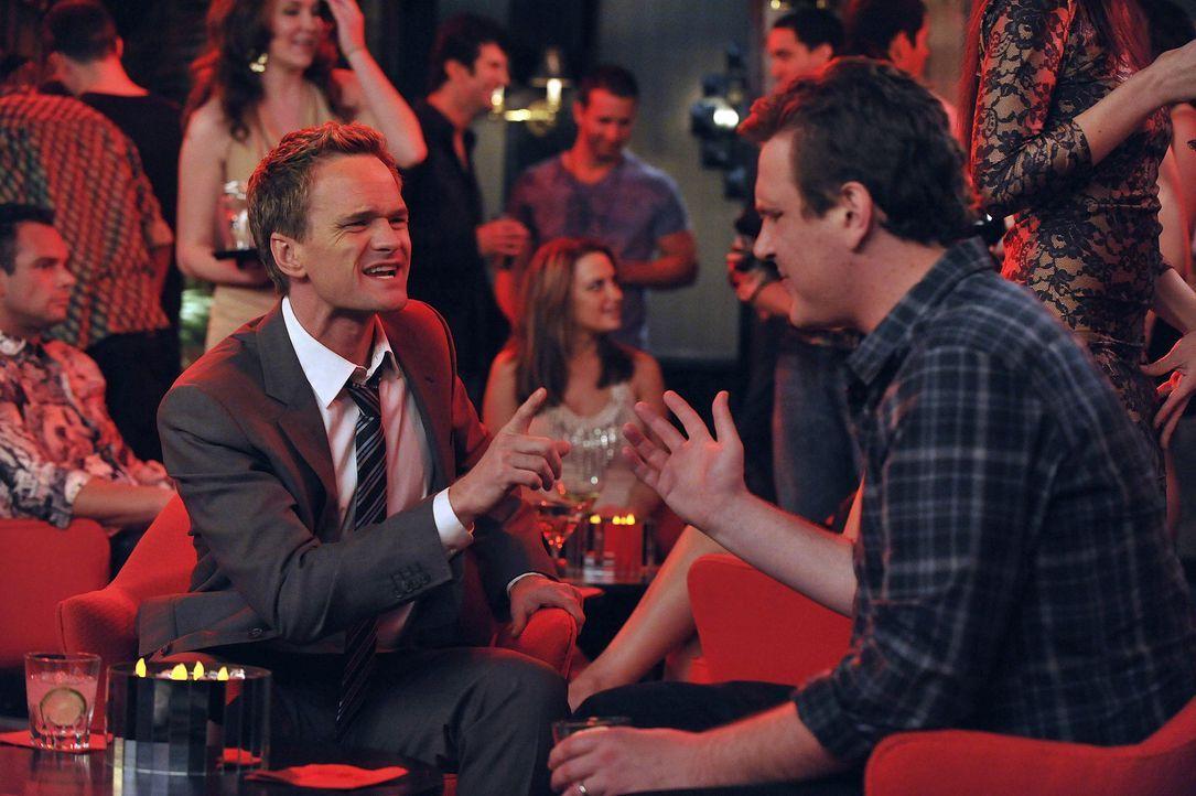 Barney (Neil Patrick Harris, r.) und Marshall (Jason Segel, r.) streiten sich über den Abriss des Arcadian Hotels ... - Bildquelle: 20th Century Fox International Television
